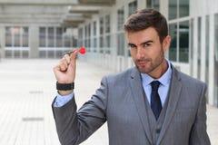 Сфокусированный бизнесмен держа дротик стоковая фотография rf