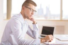 Сфокусированный бизнесмен делая сторону обработки документов Стоковое Изображение