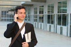 Сфокусированный бизнесмен идя во время телефонного звонка outdoors стоковые изображения rf