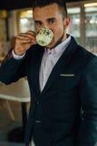 Сфокусированный детенышами кофе бизнесмена выпивая в café Крытое фото Стоковая Фотография