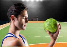 Сфокусированный игрок держа гандбол в стадионе Стоковое Изображение
