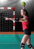 Сфокусированный игрок играя гандбол в стадионе Стоковое Фото