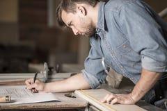 Сфокусированный плотник на работе Стоковые Изображения