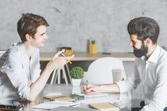 2 сфокусированных мужчины работая на проекте совместно Стоковое Изображение RF