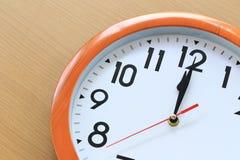 Сфокусируйте время в часах 12 часов для дизайна в вашей шине Стоковые Фотографии RF