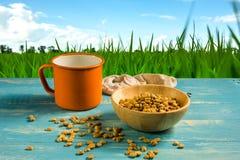 Сфокусируйте кофейные зерна пятна сырцовые на деревянном столе Стоковые Фотографии RF