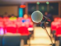 Сфокусируйте микрофон, диктора в конференц-зале, spe предпосылки Стоковое Изображение