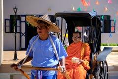 Сфокусируйте монаха на старой рикше в kanchanaburi парка имитации Таиланда старом стоковая фотография