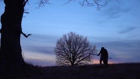 сфокусируйте мягко Силуэт захода солнца мрачного жнеца Концепция смерти стоковое изображение rf