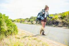 Сфокусируйте на соломе с путешествовать сексуальная блондинка на предпосылке стоковое изображение rf