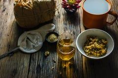 Сфокусируйте чай хризантемы пятна и высушенную хризантему на старом деревянном столе Стоковые Изображения RF