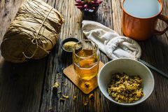 Сфокусируйте чай хризантемы пятна и высушенную хризантему на старом деревянном столе Стоковое Изображение