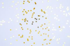 Сформированная звезда брызгает на голубой предпосылке Праздник, партия и cel стоковые изображения rf