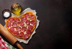 сформированная пицца сердца стоковые фотографии rf