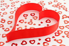 сформированная сатинировка тесемки сердца confetti красная Стоковые Изображения