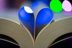 Сформированное сердце страниц книги стоковые фотографии rf