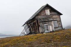 Сформированный ветром, разрушанный и потерянный - нечестный дом на побережье Свальбарда стоковые изображения