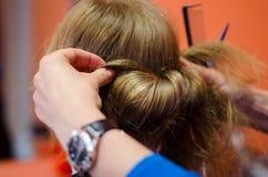 Сформированный парикмахером клиент coiffure светлых волос Стоковое фото RF