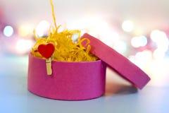 сформированный пинк сердца подарка clothespeg коробки Стоковое Изображение