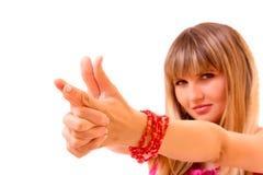 сформируйте детенышей женщины пушки изолированных руками Стоковое Изображение RF