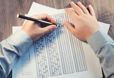 Сформируйте для экзамена перед человеком на таблице Испытывать для тренировки и нанимать Праворукий и леворукий Селективный фокус Стоковая Фотография