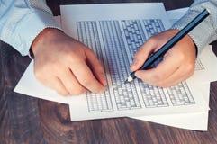 Сформируйте для экзамена перед человеком на таблице Испытывать для тренировки и нанимать Праворукий и леворукий Селективный фокус Стоковая Фотография RF
