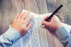 Сформируйте для экзамена перед человеком на таблице Испытывать для тренировки и нанимать Праворукий и леворукий Селективный фокус Стоковое Фото