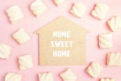 Сформулируйте домашний сладостный дом с спиральными зефирами на розовом backgrou Стоковые Фото