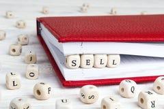 Сформулируйте надувательство написанное в деревянных блоках в красной тетради на белой древесине стоковые изображения rf