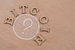 Сформулируйте bitcoin в абстрактных письмах и вопросительном знаке Стоковое Фото