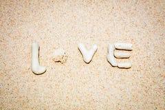 Сформулируйте ВЛЮБЛЕННОСТЬ сделанную кораллов на песке, острове Boracay, Филиппинах Стоковое Фото