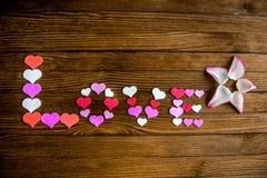 Сформулируйте влюбленность от сердец на деревянной предпосылке Стоковые Изображения