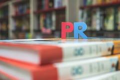 Сформулируйте кубики PR помечает буквами деревянное стоковое фото