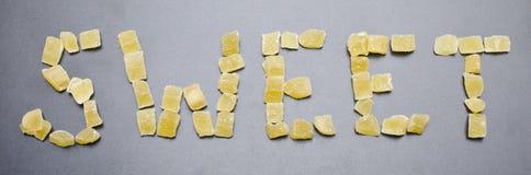 Сформулируйте помадку от высушенных ананасов на свете - серой предпосылки стоковые изображения