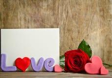 Сформулируйте состав влюбленности с пустой карточкой для текста и розы близко Стоковое фото RF