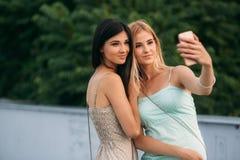 Сфотографированы и наслаждаются брюнет и блондинка жизнью день солнечный Лето Стоковое фото RF
