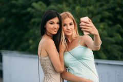 Сфотографированы и наслаждаются брюнет и блондинка жизнью день солнечный Лето Стоковые Изображения