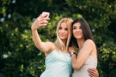 Сфотографированы и наслаждаются брюнет и блондинка жизнью день солнечный Лето Стоковое Изображение RF