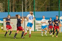 Схватка для шарика на поле во время спички Стоковая Фотография RF