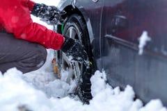 Схватывать цепи снега Цепи снега на колесах автомобиля стоковое фото rf