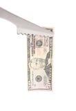 Схваты BBQ держат 100 долларов счета. Стоковые Изображения