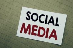 Схематическая воодушевленность титра текста сочинительства руки показывая социальные средства массовой информации Концепция дела  стоковые фотографии rf