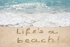 Схематическая жизнь текст пляжа в песке и воде Стоковые Фотографии RF