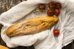 Схематическая фотография искусства томата хлеба и вишни багета Стоковая Фотография
