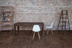 Схематические пустые белые деревянные стулья ноги с кирпичной стеной и серым деревянным полом стоковая фотография rf