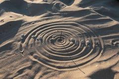 Схематические солнечные часы на песке пляжа стоковые фотографии rf