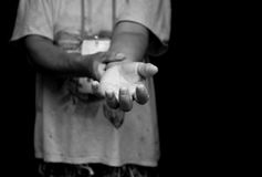 Схематический беженец или эмигрирует женщина поднимая ее помощь потребности руки стоковые фотографии rf
