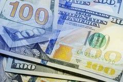 Схематический взгляд на 100 концах стога банкнот доллара вверх с селективным фокусом Стоковое Изображение RF