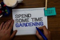Схематический показ сочинительства руки тратит некоторый садовничать времени Фото дела showcasing Relax засаживая овощи плодоовощ стоковые фото