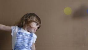 Схематический портрет Маленькая девочка на серой игре предпосылки с формами и облаком падения сток-видео